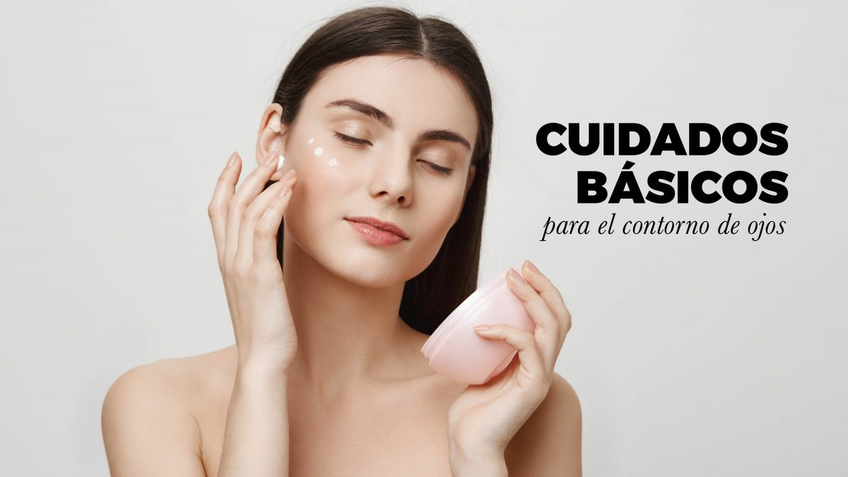 Mujer cuidando su rostro con crema